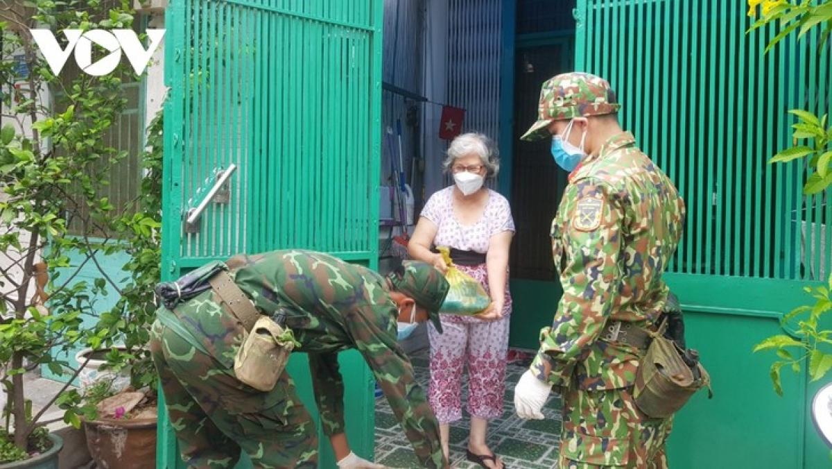 Bộ đội gửi nhu yếu phẩm hỗ trợ người dân chống dịch.