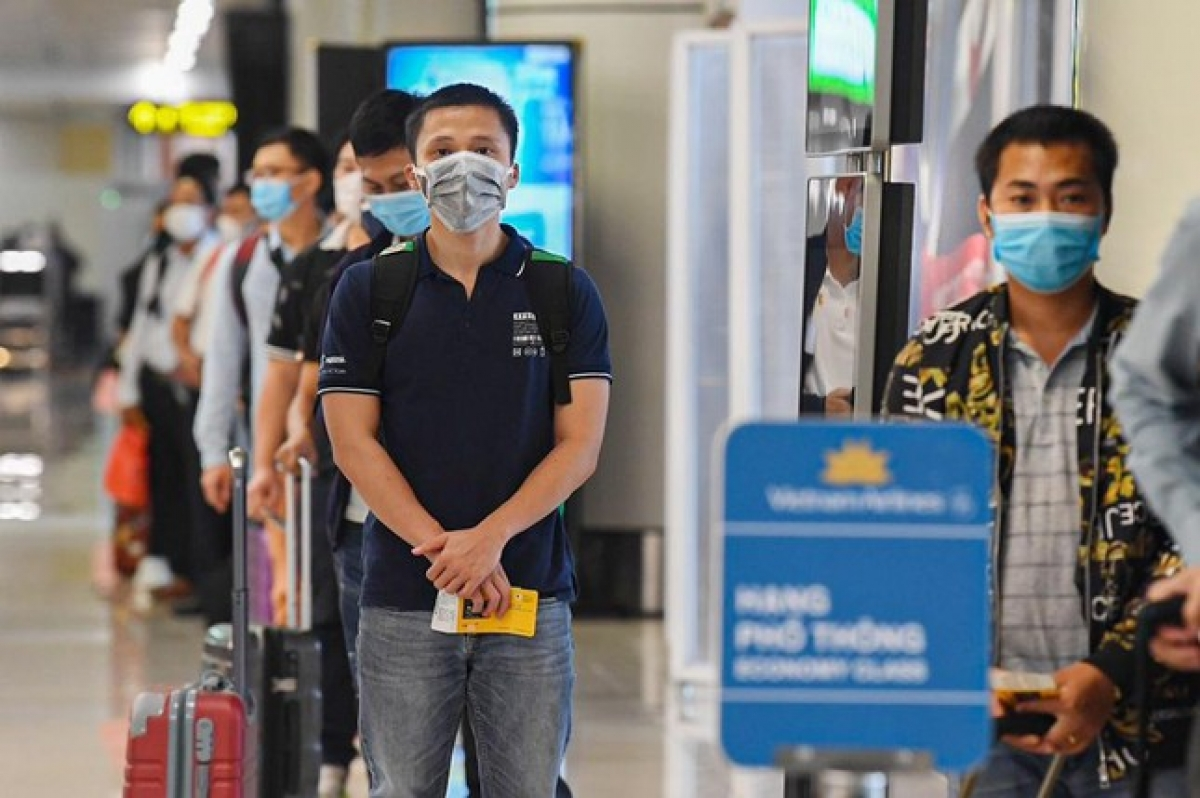 Only one commercial flight runs at Noi Bai International Airport on October 10, with 166 returnees heading to Ho Chi Minh City.