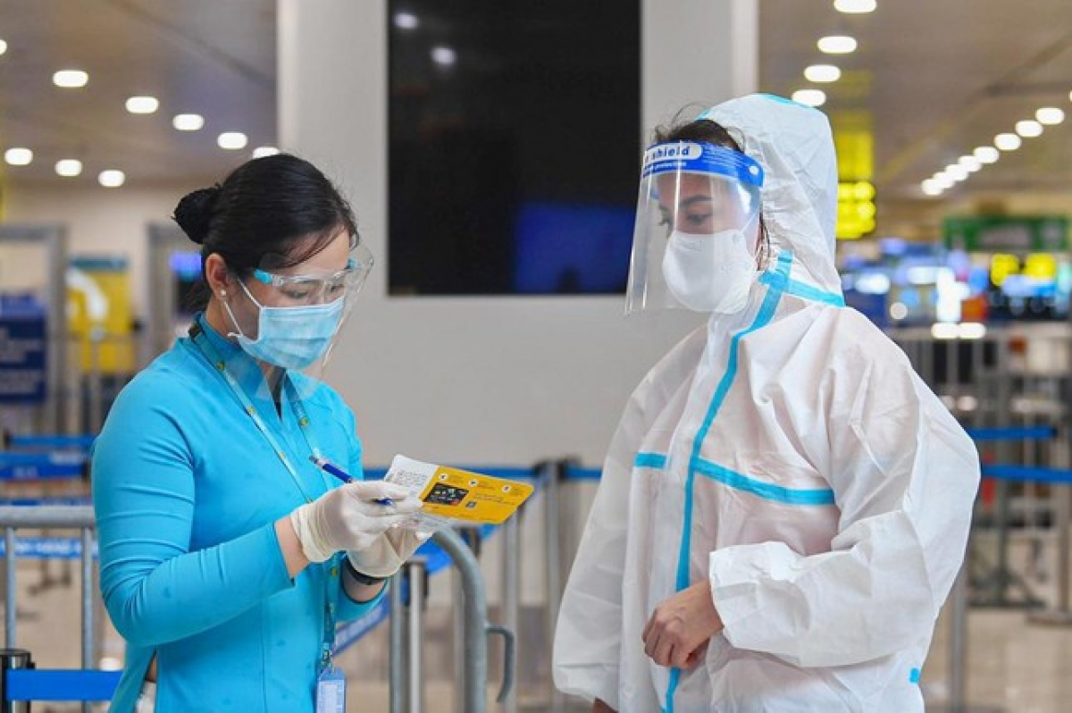 Ground staff are on hand to help passengers complete all necessary procedures before boarding the plane.