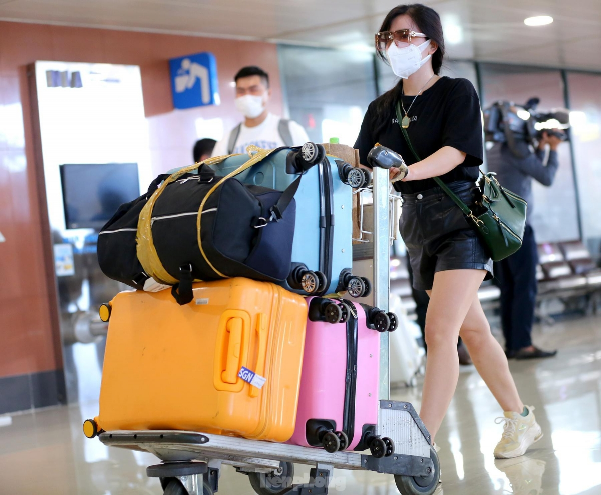 A Vietnam Airlines flight carrying 205 passengers arrives in Hanoi on the afternoon of October 12. Under the new regulations, arrivals from Ho Chi Minh City will only monitor their health at home for a period of seven days.