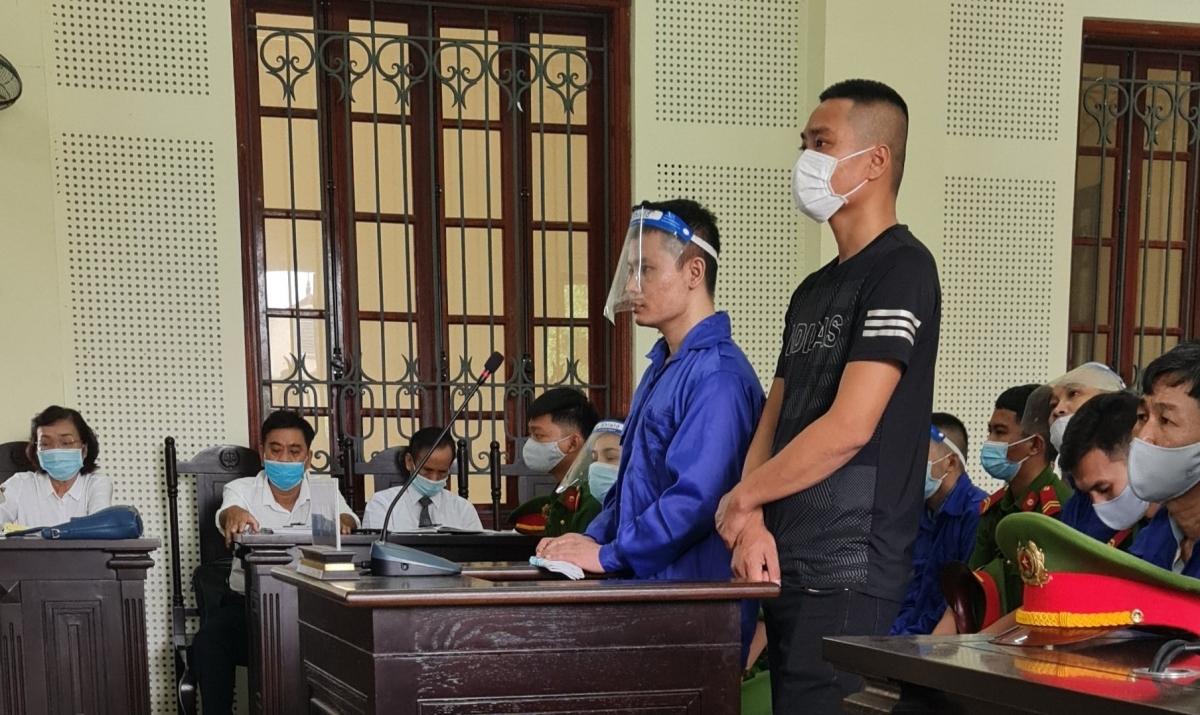 Trần Ngọc Hòa (áo xanh) tại phiên tòa.
