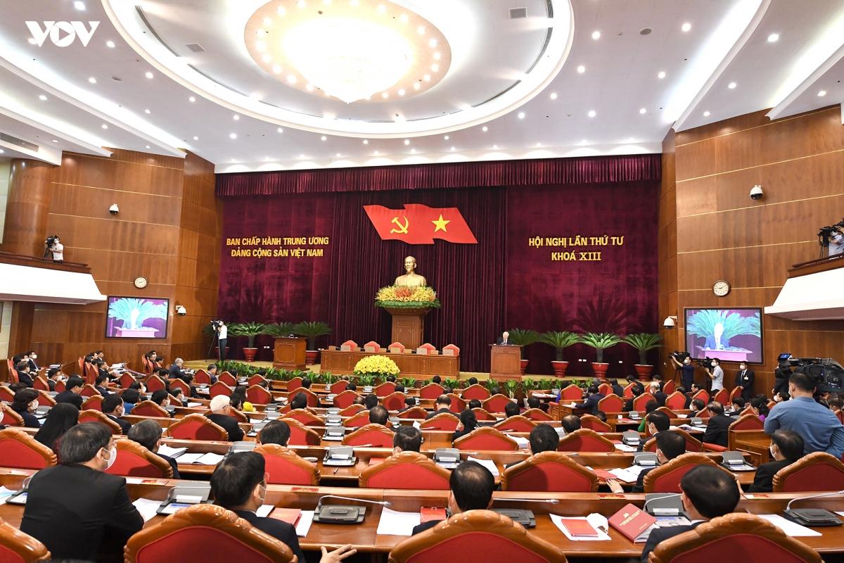 Sau gần 4 ngày làm việc khẩn trương, nghiêm túc, sáng 7/10 tại Trụ sở Trung ương Đảng, dưới sự chủ trì của Tổng Bí thư Nguyễn Phú Trọng, Hội nghị lần thứ tư Ban Chấp hành Trung ương khoá XIII đã họp phiên bế mạc.