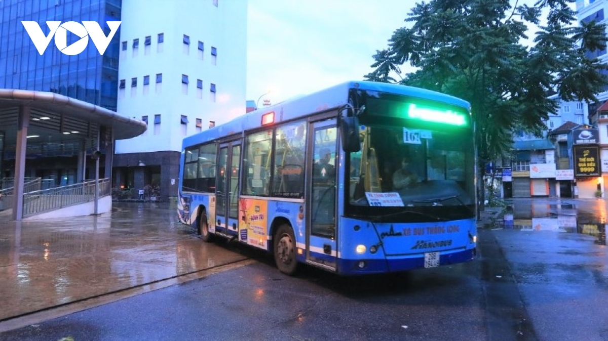 Bus routes throughout the capital are allowed to operate at 50% of their maximum capacity from October 14. However, inter-provincial bus lines will have to follow instructions issued by the Ministry of Transport.