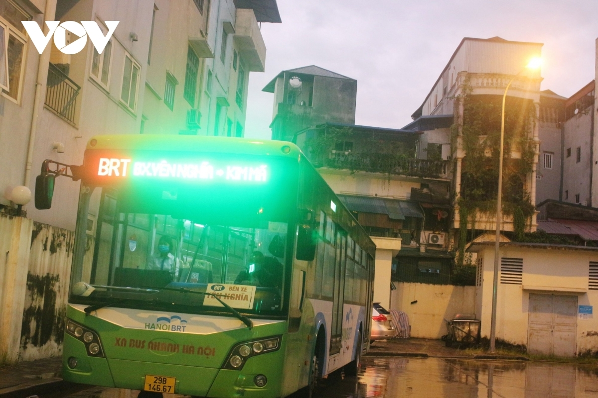 The first buses leave Kim Ma Bus Station at 5:30 a.m., 30 minutes earlier than the allowed time of 6 a.m.