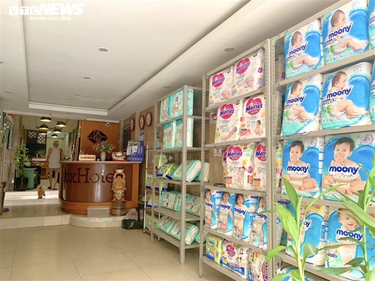 A hotel located on Hang Buom street in Hanoi's Old Quarter now sells baby diapers. The hotel owner says it had no guests during the social distancing period, therefore it resorted to selling necessities to help improve his family's income.