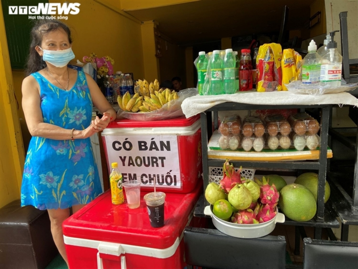 Fruit juice is sold at a beer restaurant located on Bui Vien street.