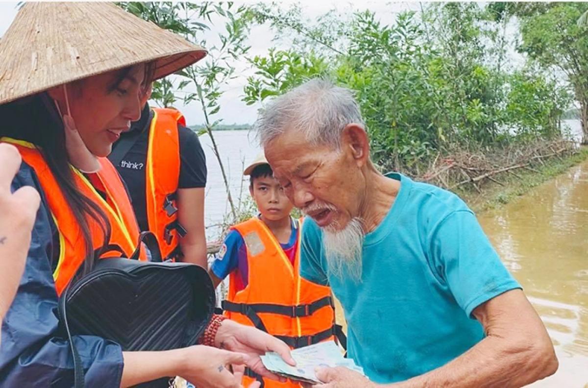 Hình ảnh Thủy Tiên đi cứu trợ người dân miền Trung đợt bão lũ năm 2020 (ảnh CAND)