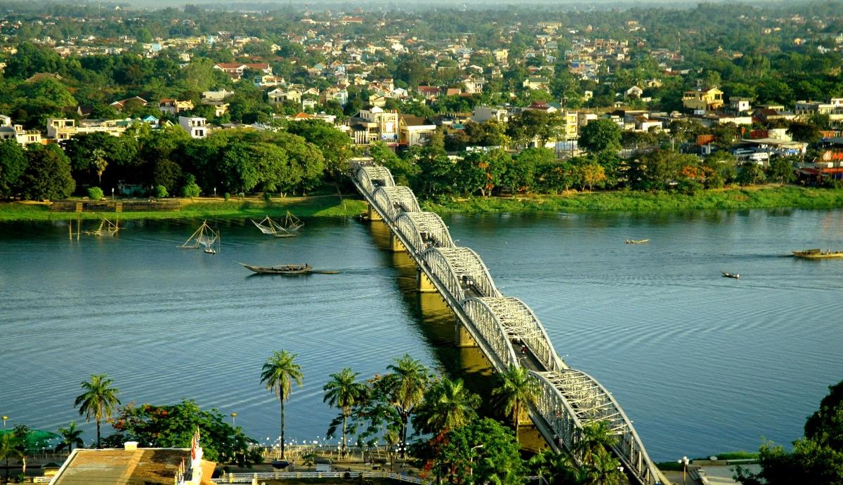 Trang Tien bridge crosses Huong River in Hue City (Photo: tuyengiao.vn)