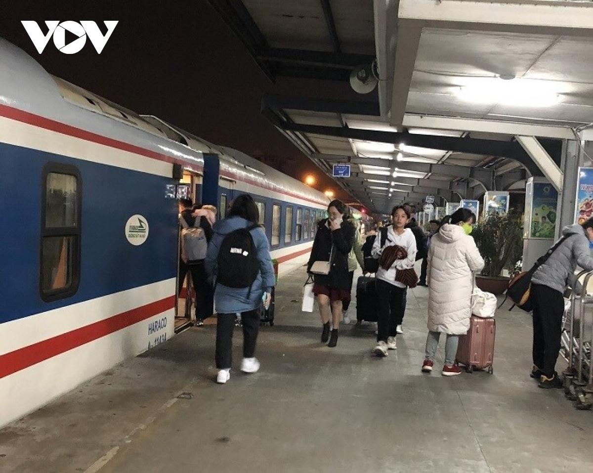 Toàn bộ công tác đón, tiễn hành khách tại các ga, vận chuyển trên tàu được ĐSVN phối hợp chặt chẽ với UBND, Sở GTVT và chính quyền các địa phương các tỉnh nhằm đảm bảo tuân thủ nghiêm các quy định về phòng, chống dịch theo quy định của Bộ Y tế, Bộ GTVT và các địa phương.