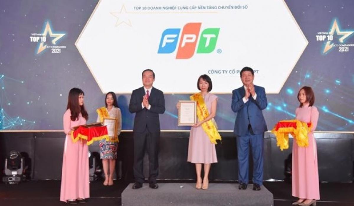 A representative of FPT receives the prize (Photo: vneconomy.vn)