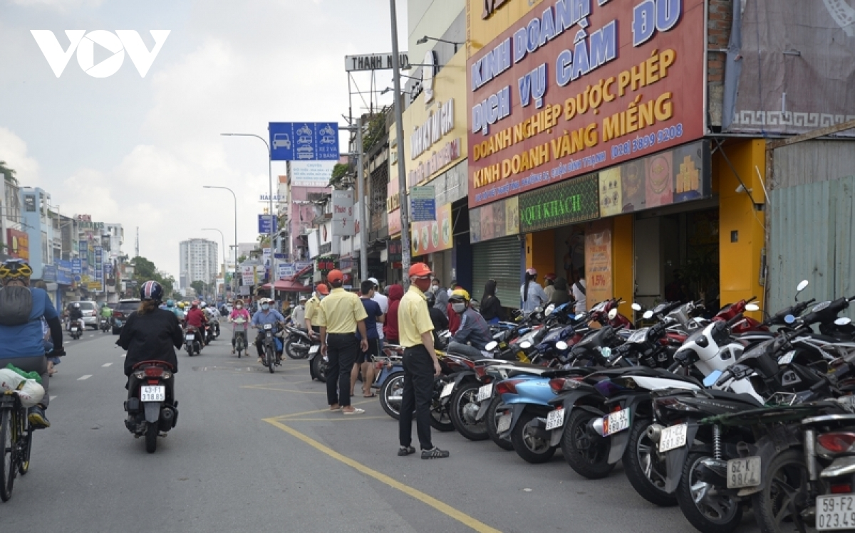 A gold store is crowded on the first of easing COVID-19 restrictions in Ho Chi Minh City.