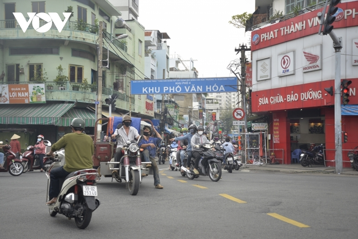 Crowded scenes return to residential areas on the morning of October 1.