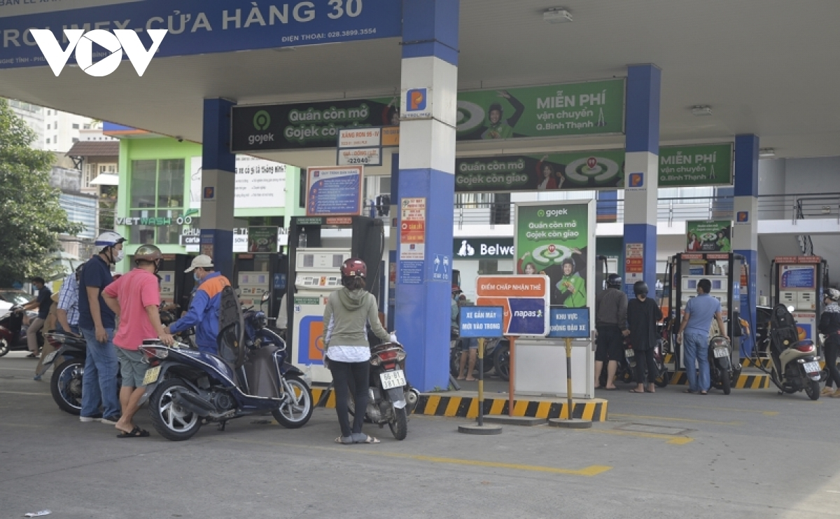 A petrol station sees many people queuing up on Xo Viet Nghe Tinh street.