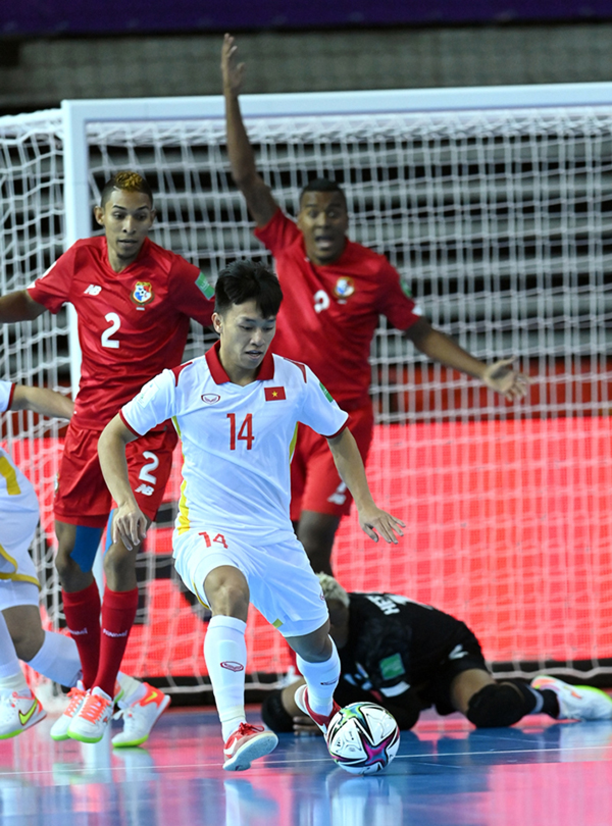 Hieu wins the Hyundai Goal of the Tournament award thanks to hisskillful goal in the match against Panama at the 2021 FIFA Futsal World Cup (Photo: VFF)