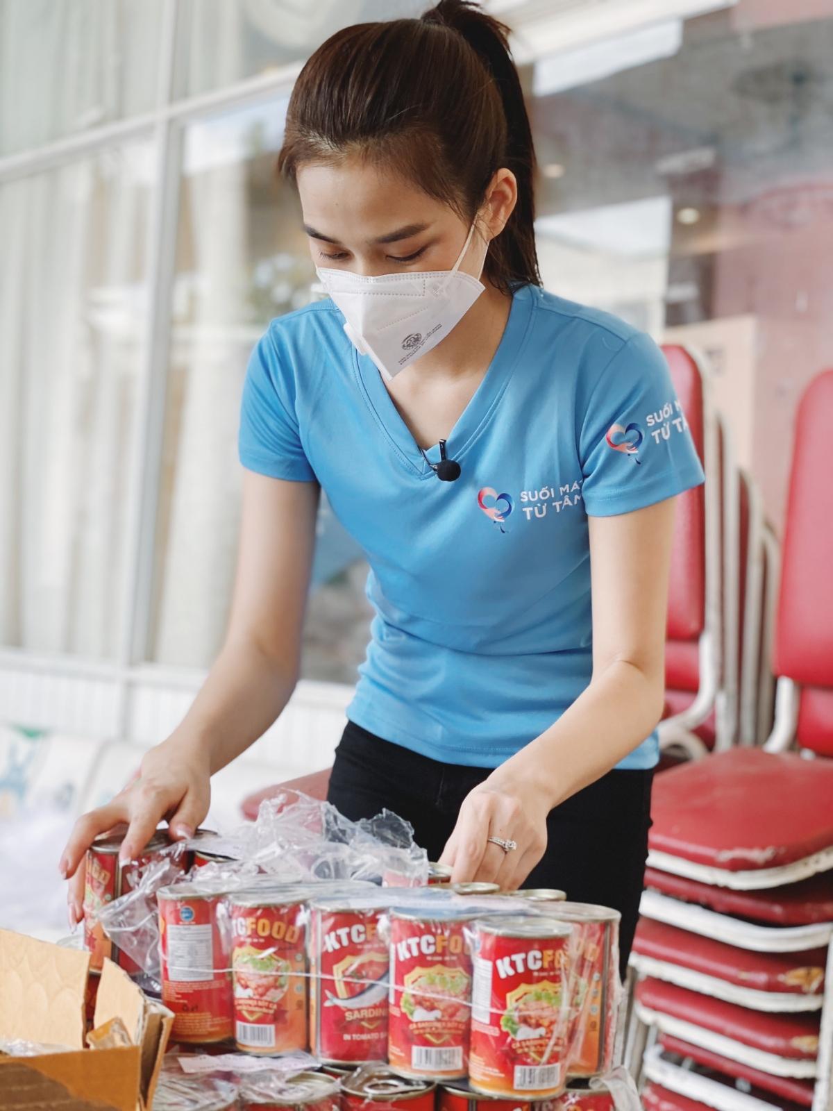 Hoa hậu Đỗ Hà chuẩn bị đồ hỗ trợ người có hoàn cảnh khó khăn.