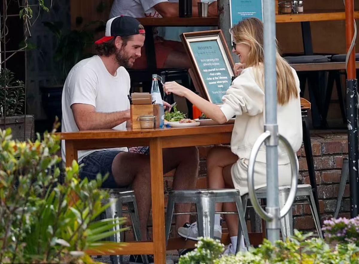 Liam Hemsworth và Gabriella Brooks hẹn hò từ cuối năm 2019.