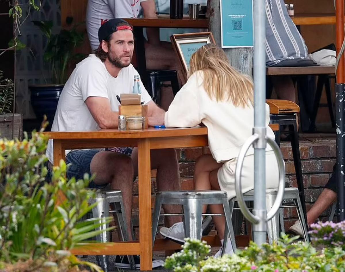 Cả hai ghé vào một nhà hàng nhỏ, chọn bàn trên vỉa hè để tận hưởng không gian mát mẻ ngoài trời.