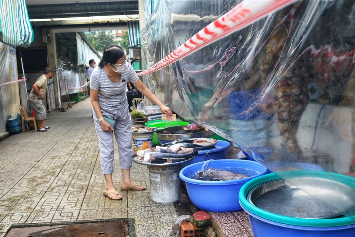 Food outlets are fully equipped with protective shields as a means of limiting contact between traders and customers.