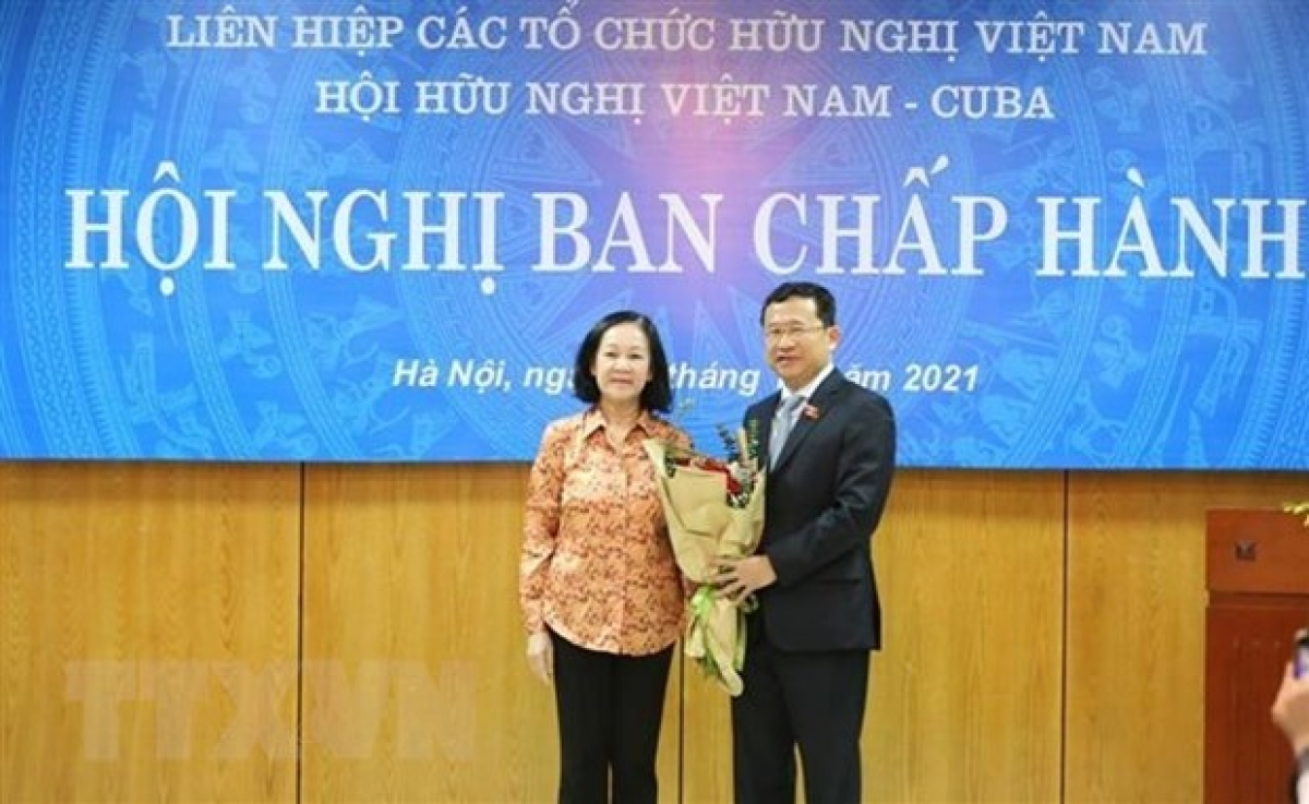 Chairwoman of the Party Central Committee's Organisation Commission presents flowers to Vu Hai Ha (Photo: VNA)