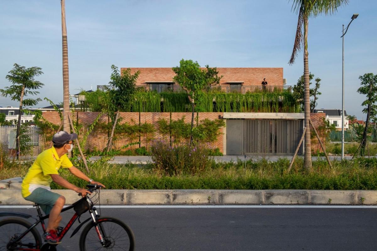 Công trình là một nhà ở gia đình, nằm ở phường Mạo Khê, thị xã Đông Triều, tỉnh Quảng Ninh. Công trình được xây dựng trên diện tích khuôn viên 400m2 trong một khu dân cư mới. Nhà có quy mô 2 tầng, gây ấn tượng từ bên ngoài với chất liệu tường gạch mộc không trát.