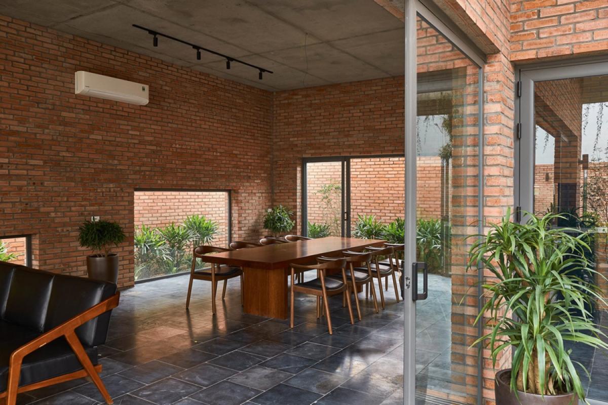 Tầng 1 được thiết kế với phòng khách, phòng ăn, bếp nấu và 2 phòng ngủ gia đình, 2 phòng vệ sinh. Trong đó, các phòng khách, phòng ăn và bếp nấu là những không gian liên hoàn nhau.