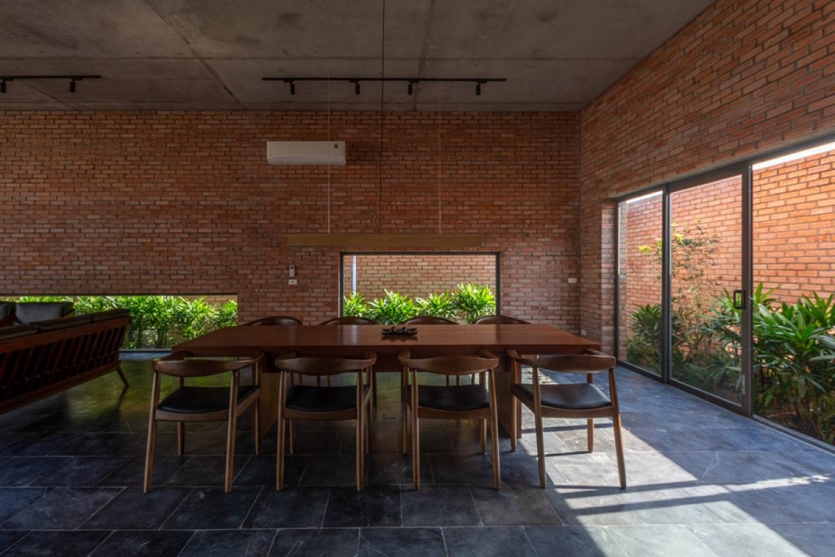 Công trình sử dụng nhiều chất liệu thô mộc như gạch nung xây trần không trát, bê tông trần, đá tự nhiên… đem lại vẻ đẹp hiện đại, mạnh mẽ và gần gũi.