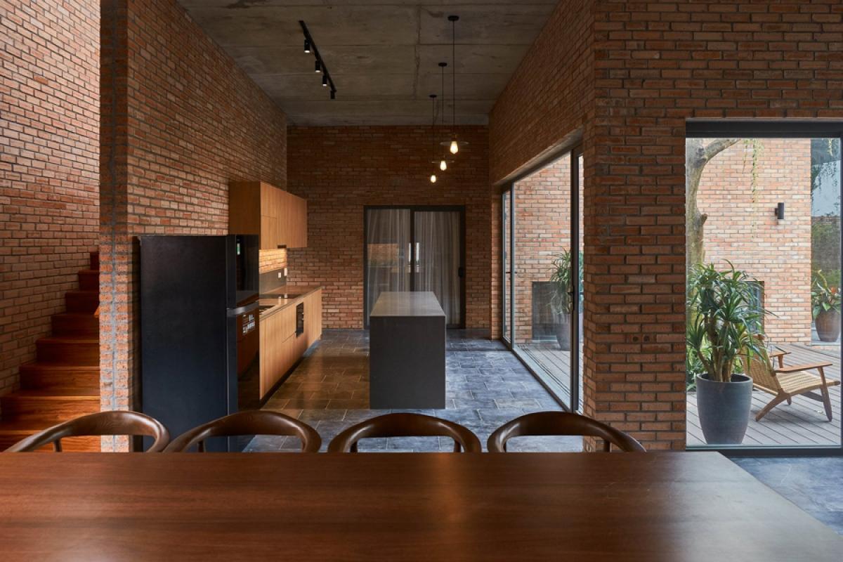 Nội thất được thiết kế theo phong cách hiện đại, đơn giản, phô bày vẻ đẹp của gỗ tự nhiên.