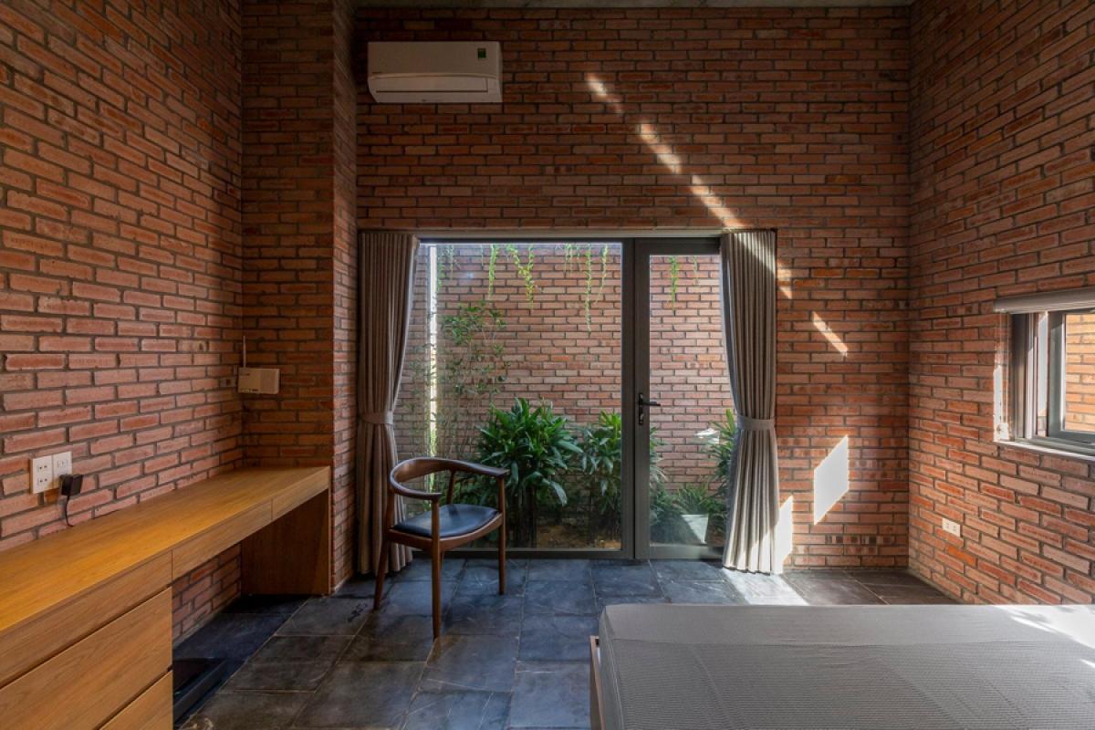 Chủ nhà là người có tính cách đơn giản nên không cần quá nhiều đồ đạc nội thất, mà điều quan trọng là những không gian thoáng mở, gần gũi với thiên nhiên.