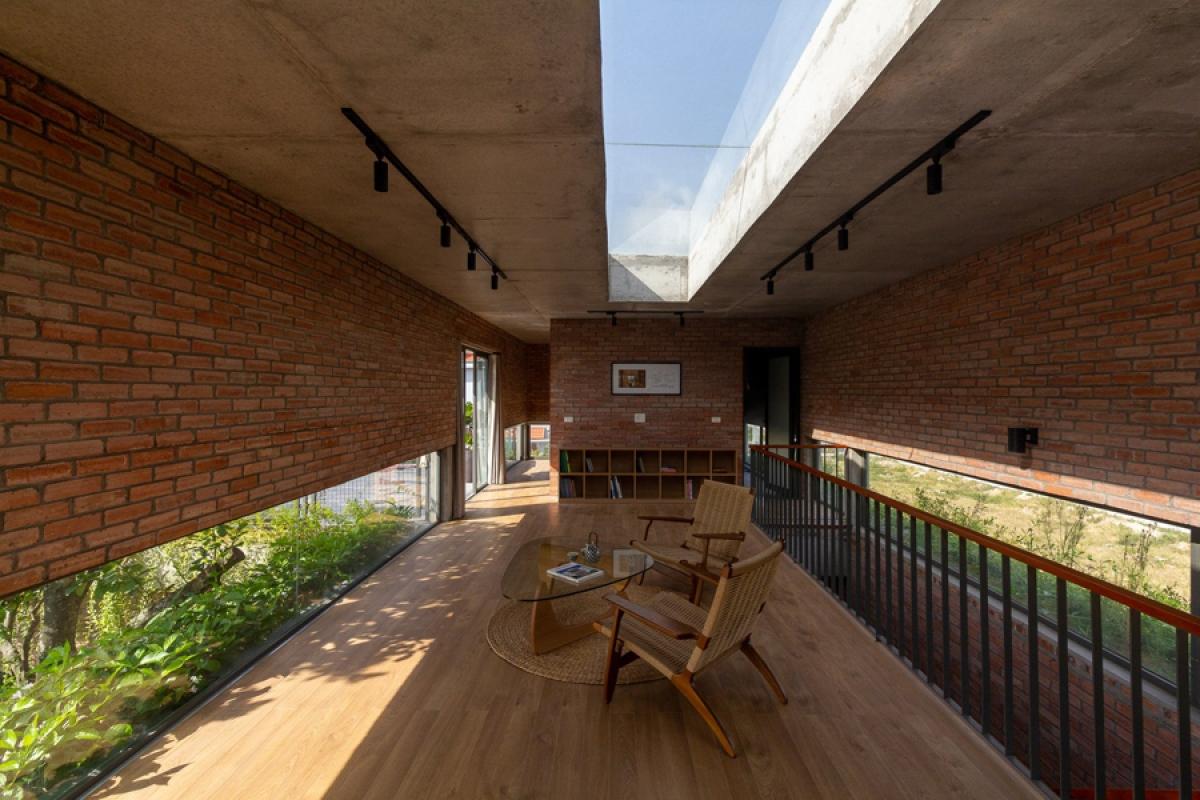 Không gian chính trên tầng 2 là một không gian mở dùng để đọc sách, giải trí. Một cửa mái lớn được mở để nhìn thấy bầu trời và hòa nhập cùng thiên nhiên. Bên cạnh đó có các phòng chức năng khác như phòng thờ, phòng ngủ khách, khu giặt phơi.
