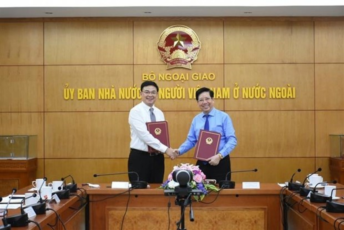 Representatives of the State Commission for Overseas Vietnamese Affairs and the Vietnam Private Business Association sign a cooperation agreement.