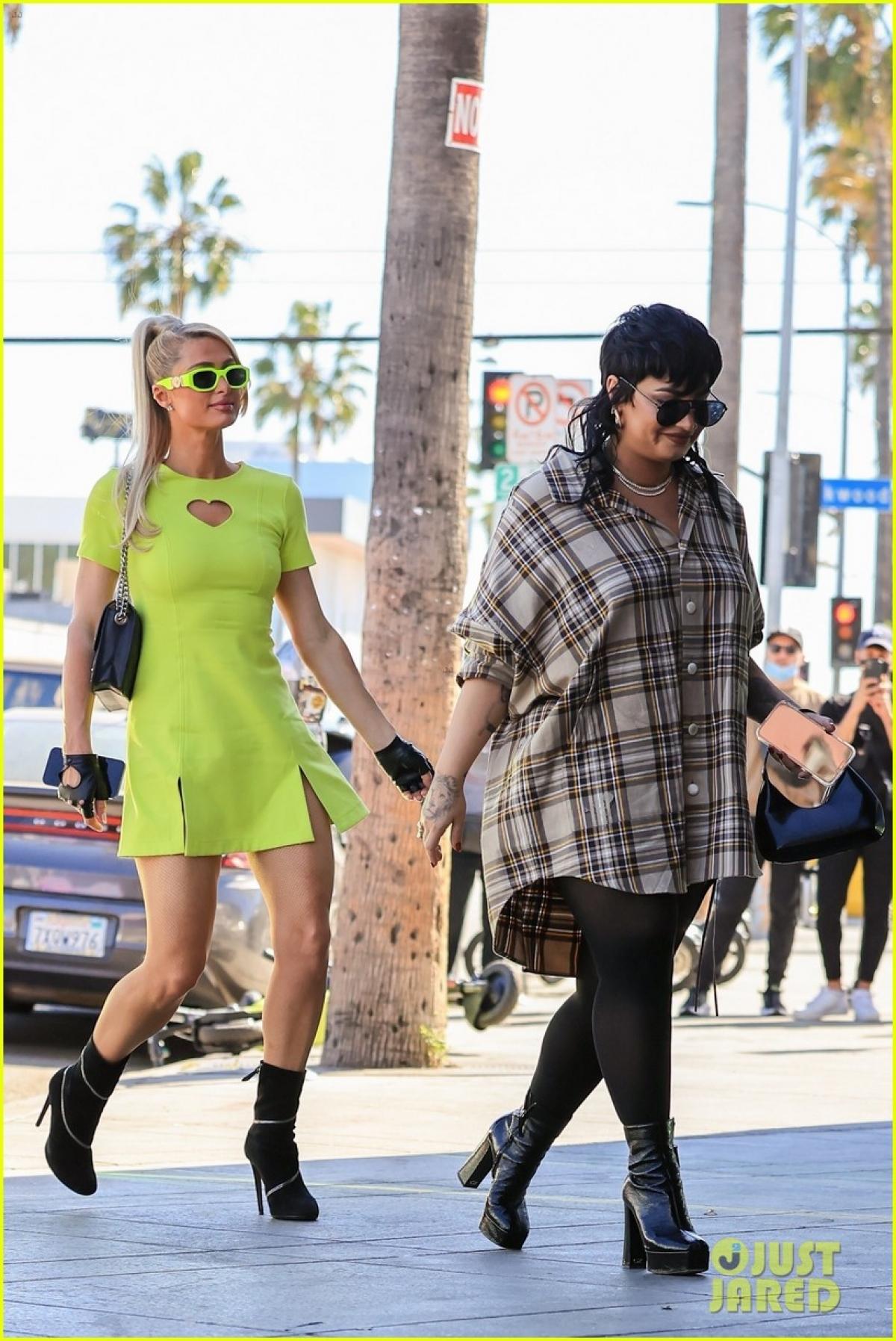 Paris Hilton và Demi Lovato cùng nhau đi mua sắm trang phục Halloween ở Los Angeles chiều 13/10.