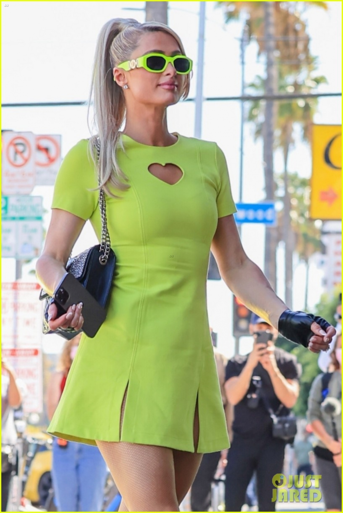 Kiều nữ xinh đẹp diện đầm xanh gợi cảm, khoe dáng thanh mảnh, cuốn hút.