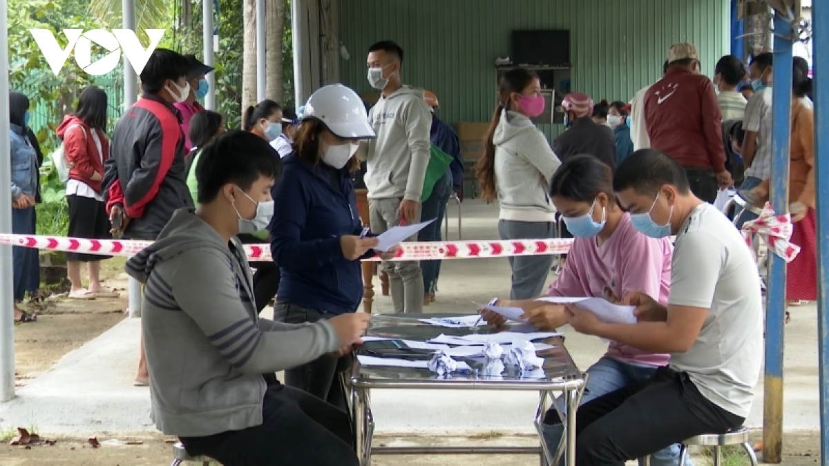 Ethnic students and teachers inPhuoc Son district are taken samples for COVID-19 tests.