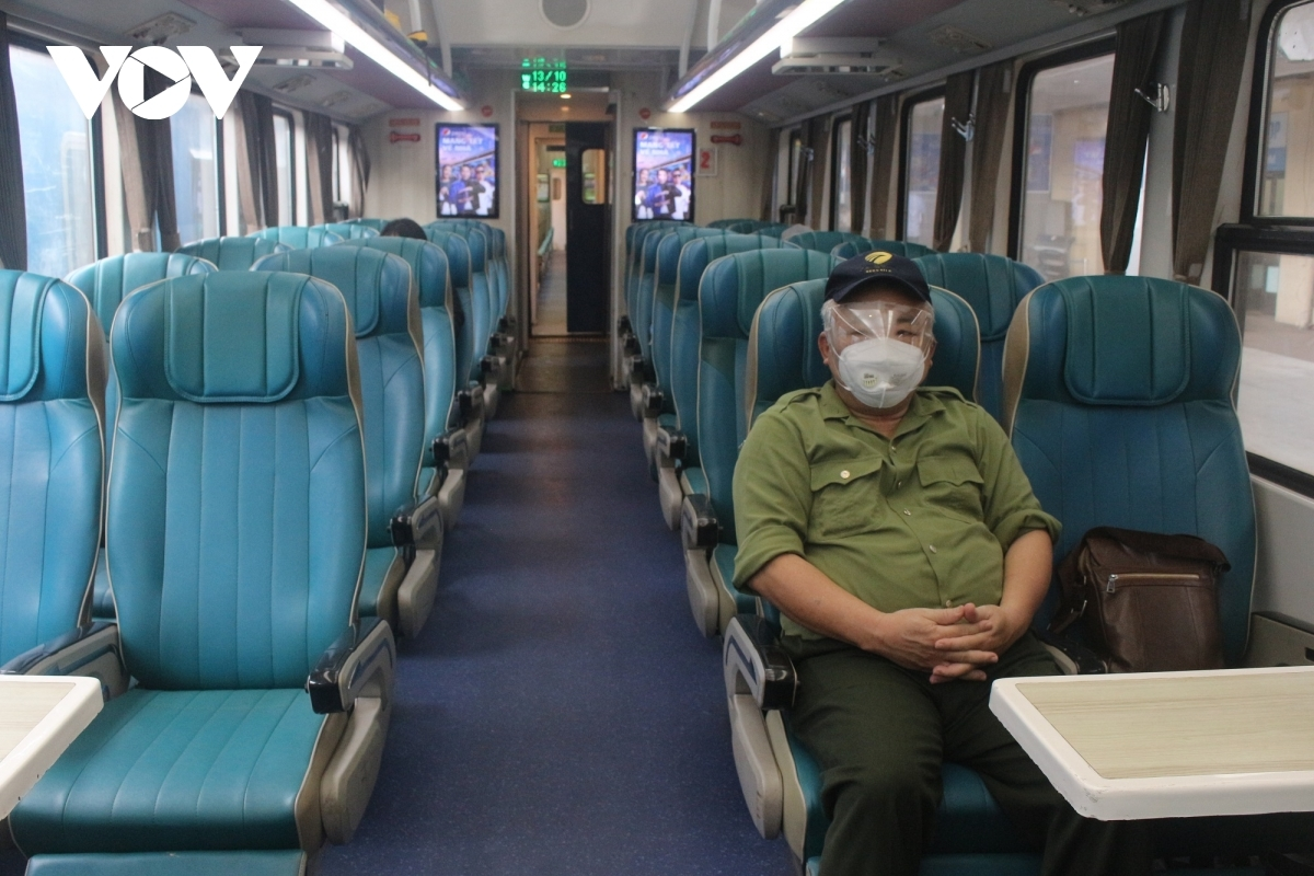 Passengers maintain a safe distance to avoid the pandemic.