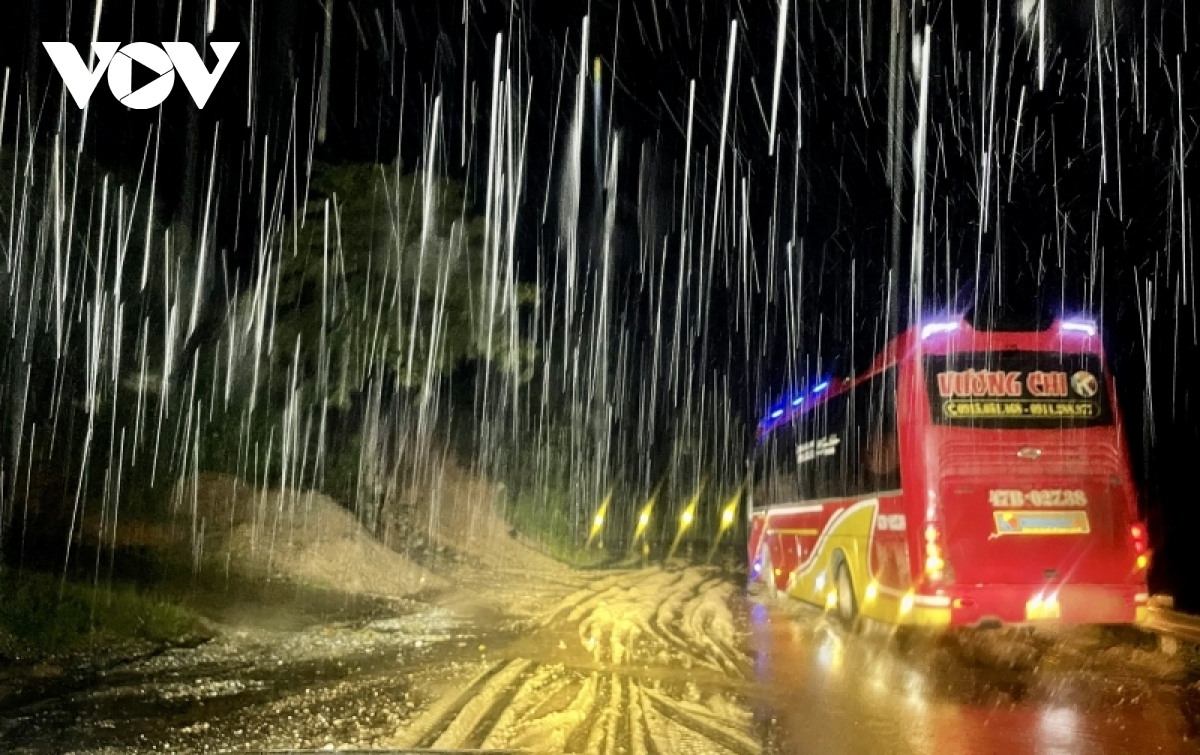 Heavy rain and fallen rocks cause difficulty for vehicles moving along the Ho Chi Minh Highway.