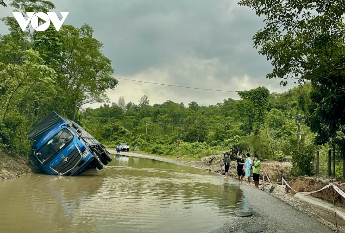 A traffic accident occurs in the mountainous district of Nam Giang due to the heavy rain and slippery conditions.