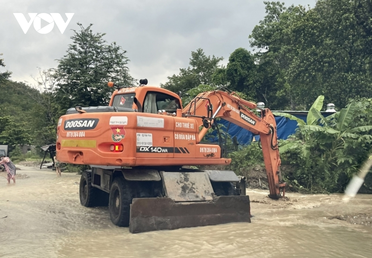 Vehicles are mobilised to release soil and rock spilled over the road surface.