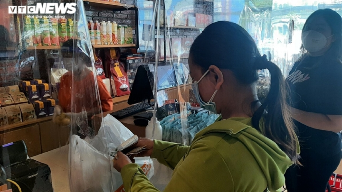 Both sellers and buyers maintain a safe distance when doing business, in addition to wearing face mask and following the Health Ministry's 5K message for COVID-19 fight.