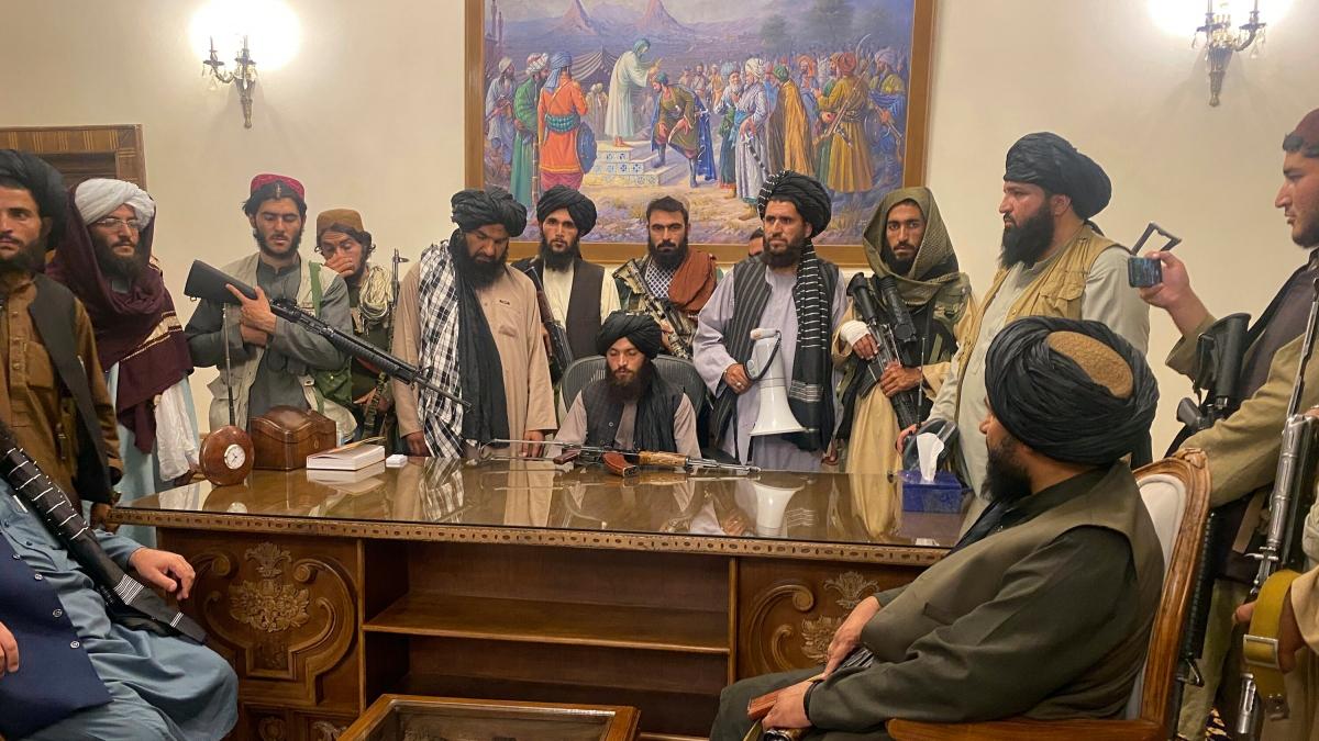 Các thành viên Taliban trong dinh tổng thống sau khi tiếp quản thủ đô Kabul ngày 15/8/2021. Ảnh: AP