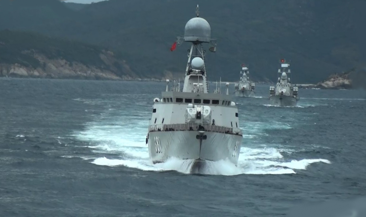 Tàu 381 lướt sóng ra khơi