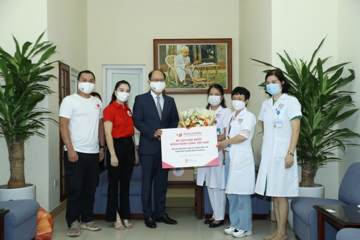 Representatives from the Korea Tourism Organization (KTO) in Vietnam present gifts to doctors and medical staff at Dong Da General Hospital in Hanoi.