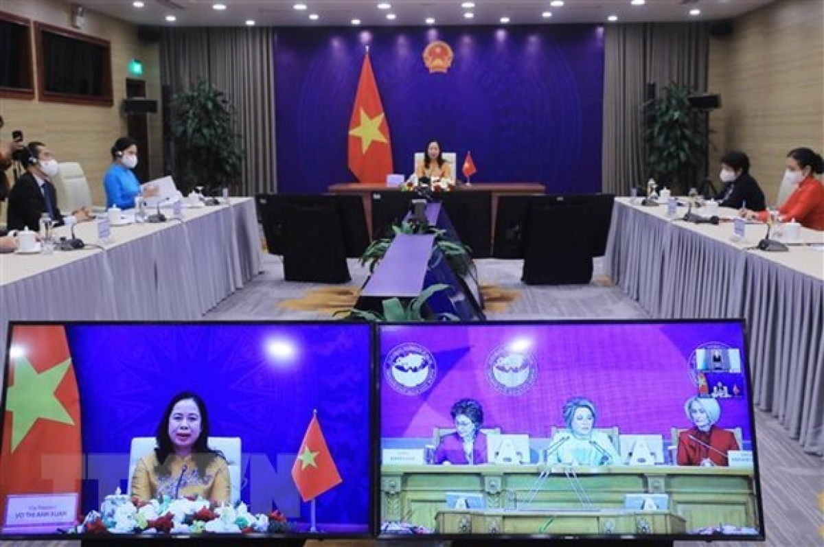 Vice President Vo Thi Anh Xuan speaks at the forum from Hanoi. (Photo: VNA)