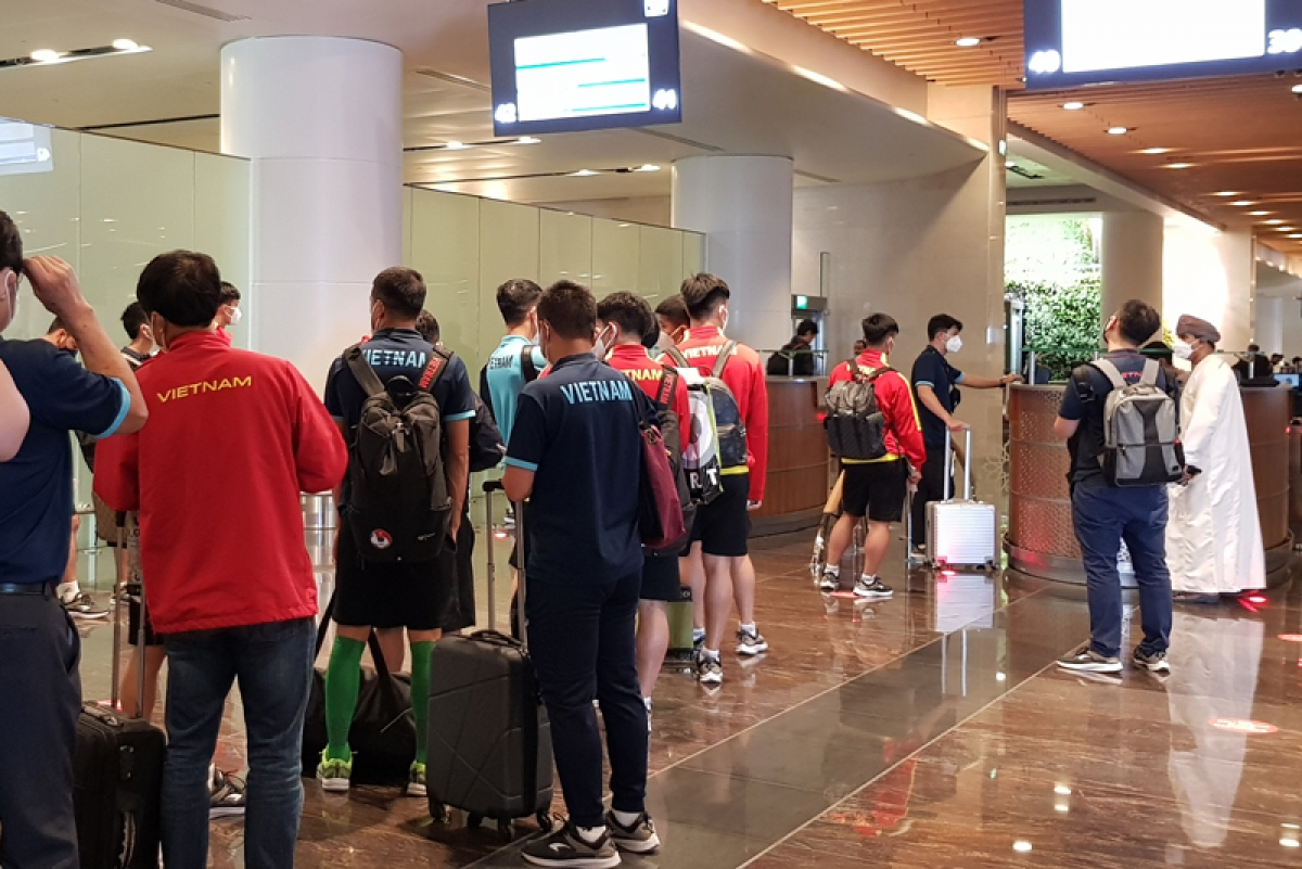 Though a priority lane for entry is arranged, the whole team spend nearly two hours completing customs clearance.