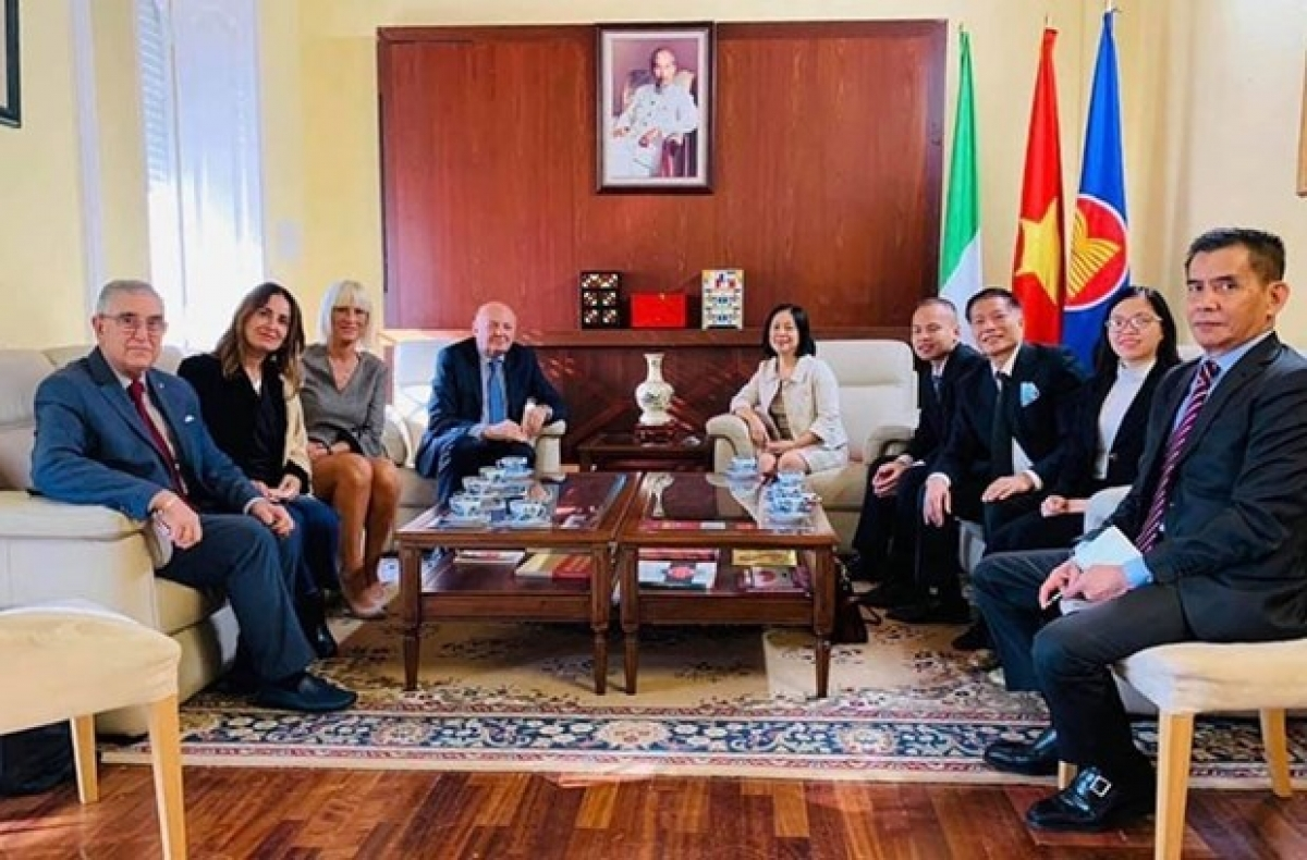 Italian Deputy Minister for Economic Development Gilberto Pichetto Fratin visits Vietnamese Embassy to Italy (Photo: baoquocte)