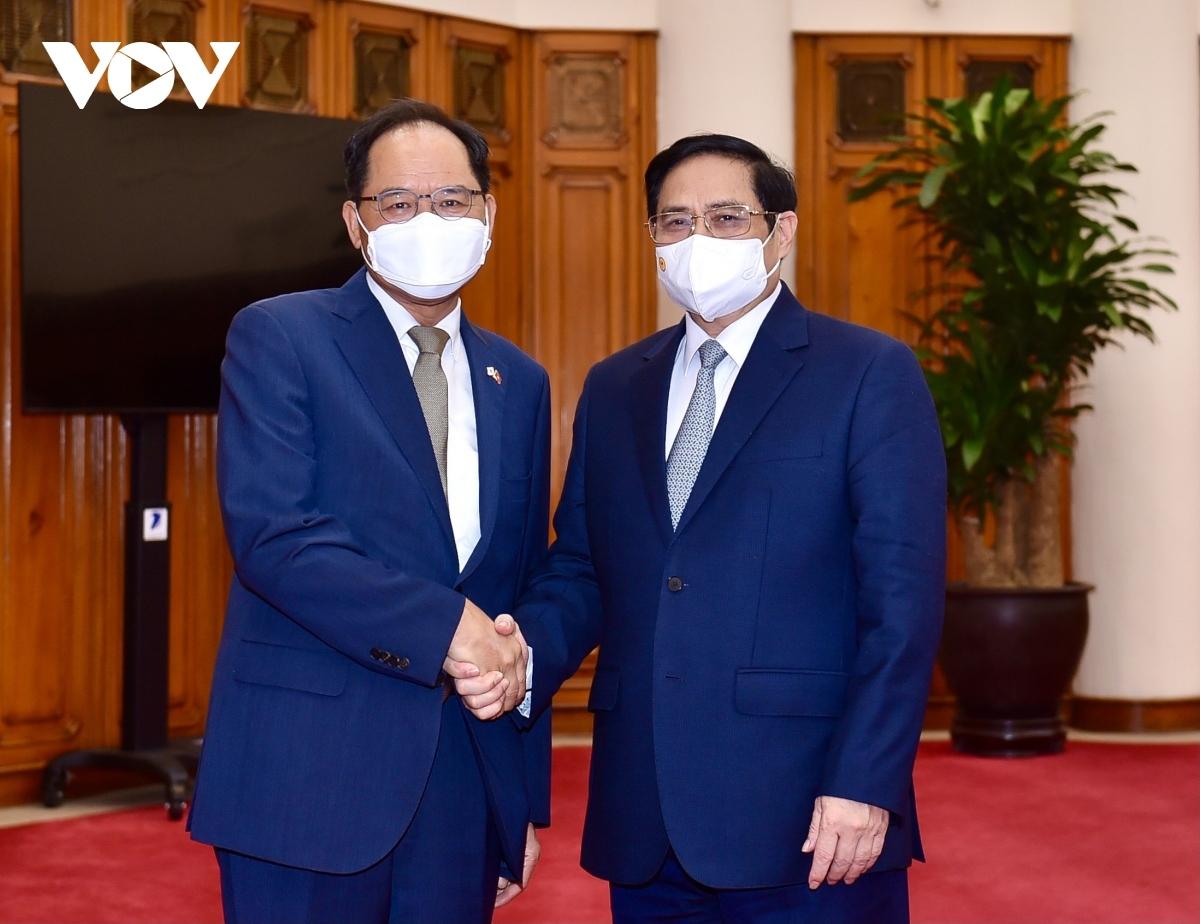 Prime Minister Pham Minh Chinh (R) receives RoK Ambassador Park Noh-wan in Hanoi on October 12.