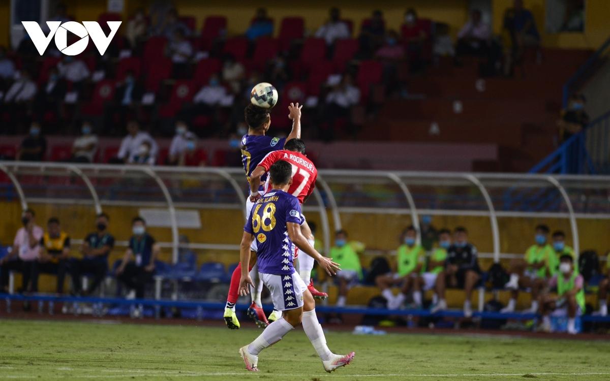 Ảnh: Hà Nội FC khiến hai ngoại binh tiền tỉ của TPHCM khóc thét - Ảnh 8.
