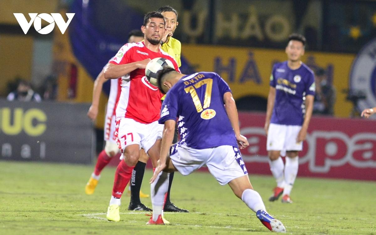 Ảnh: Hà Nội FC khiến hai ngoại binh tiền tỉ của TPHCM khóc thét - Ảnh 3.
