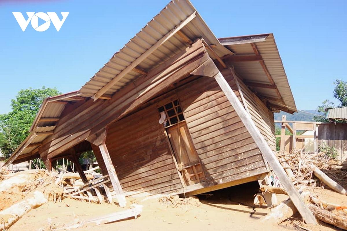 Nhà cửa của người dân bị đổ sập