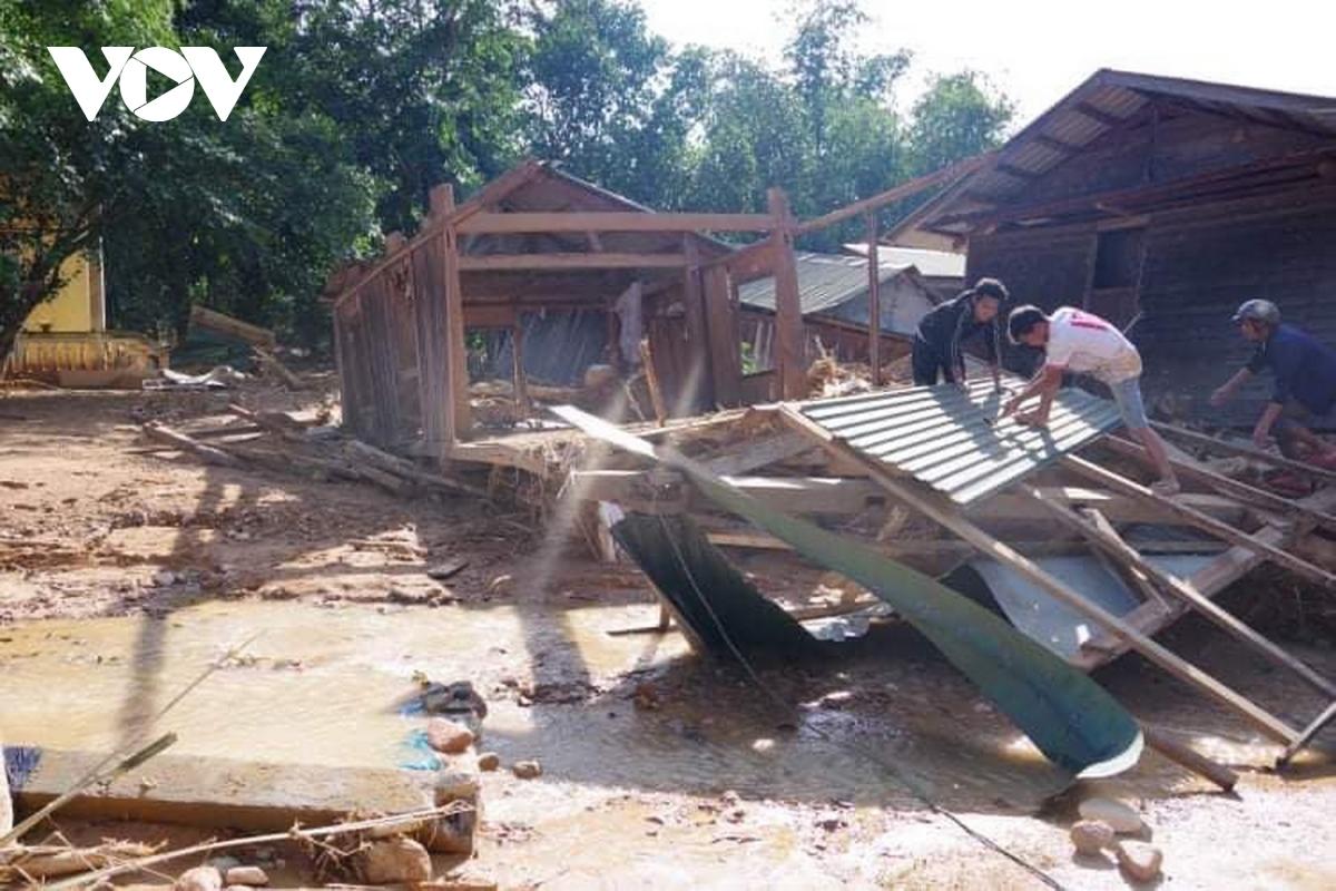 Nhà cửa tại xã Hướng Việt sập đổ, xiêu vẹo sau khi cơn lũ đi qua