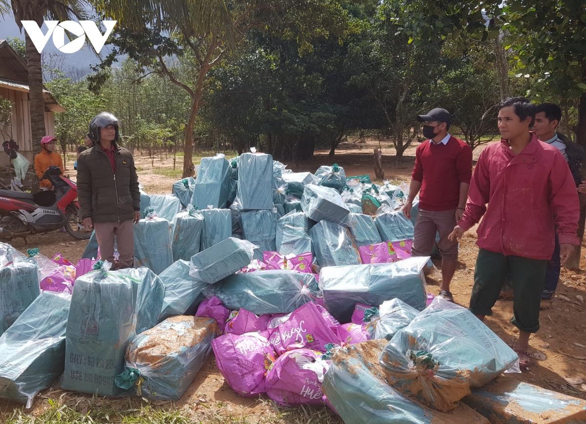 Nhu yếu phẩm đã được vận chuyển đến xã Hướng Việt bằng máy bay trực thăng